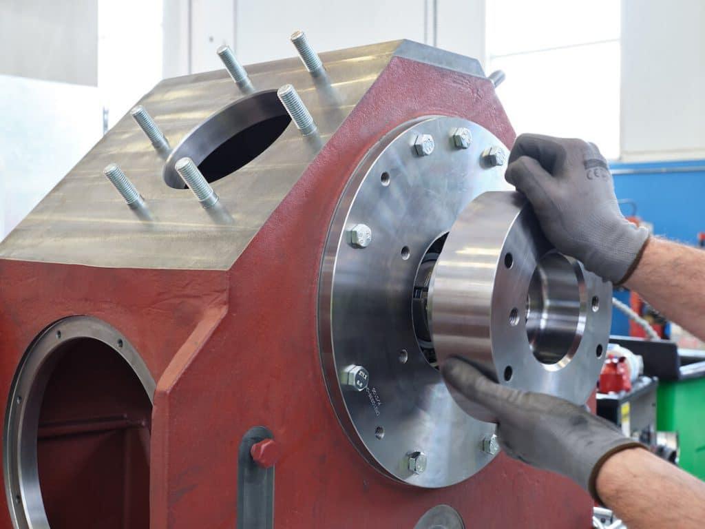 Dettaglio di una fase del montaggio del compressore DA300